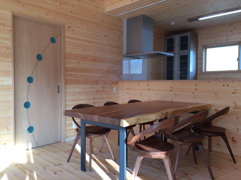 別荘に最適な平屋のダイニング|新島村の注文住宅,ログハウスのような木の家を低価格で建てるならエイ・ワン