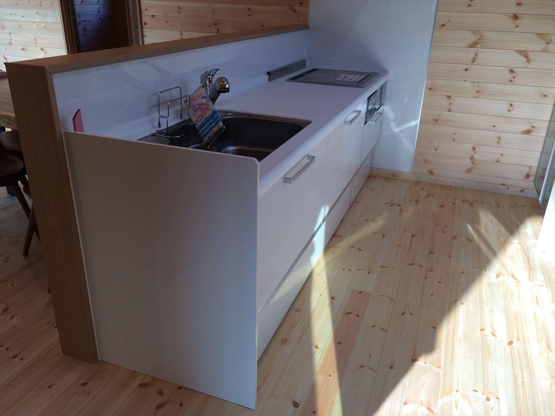 別荘に最適な平屋のキッチン|新島村の注文住宅,ログハウスのような木の家を低価格で建てるならエイ・ワン