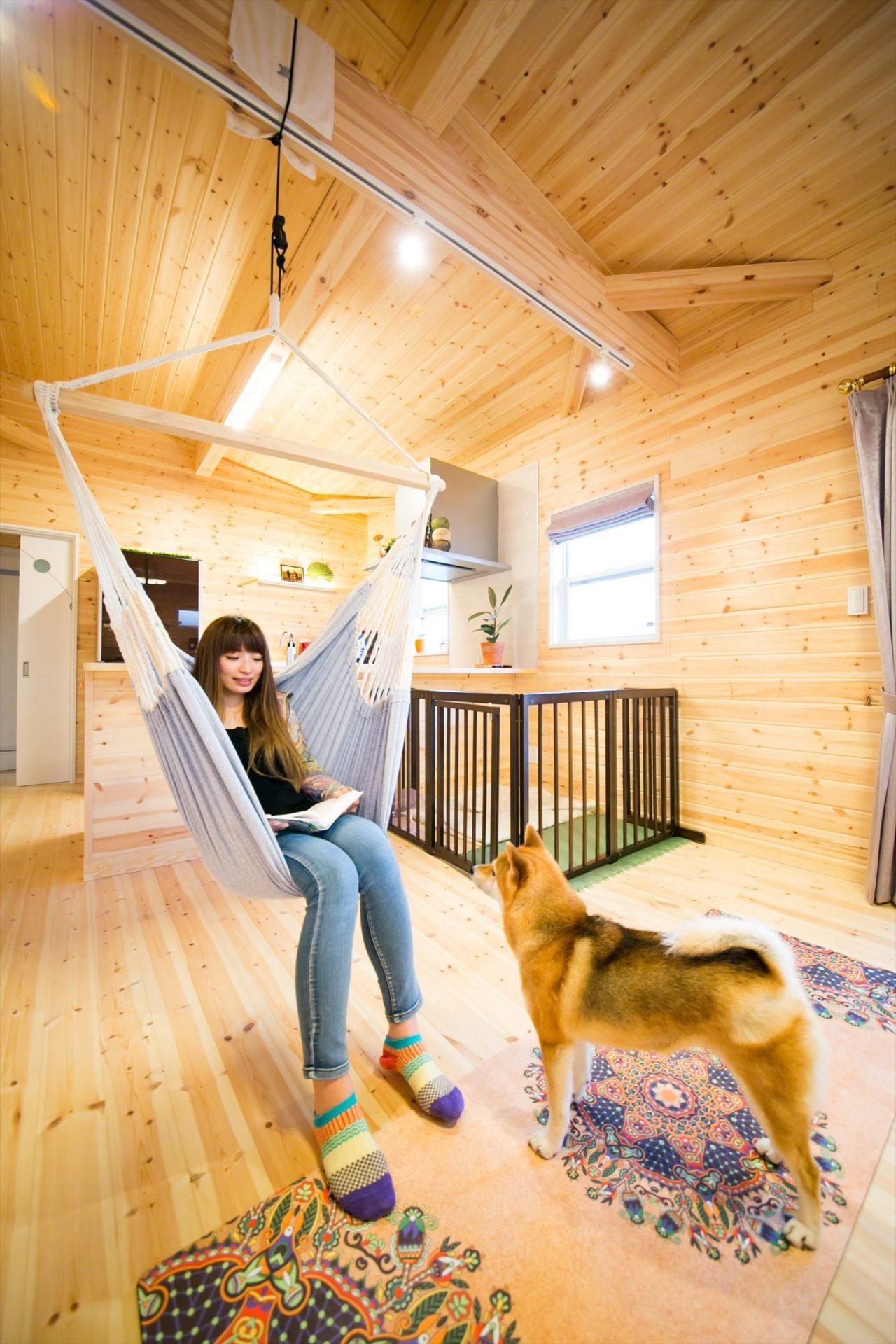 木のぬくもり溢れる自然派住宅のハンモックと犬|富山の注文住宅,ログハウスのような木の家を低価格で建てるならエイ・ワン