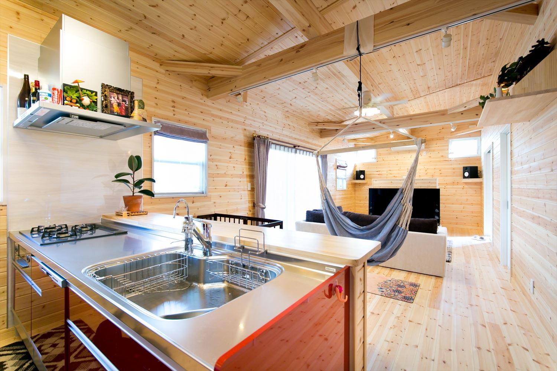 木のぬくもり溢れる自然派住宅のキッチンからの眺め|富山の注文住宅,ログハウスのような木の家を低価格で建てるならエイ・ワン