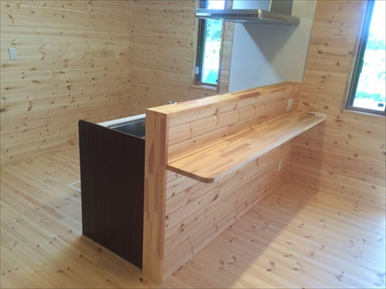 オープンスペースの平屋2LDKのカウンターテーブル|千葉の注文住宅,ログハウスのような木の家を低価格で建てるならエイ・ワン