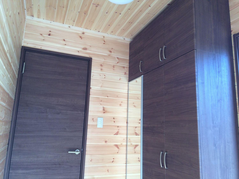 広いリビングの平屋2LDKの玄関収納|新島の注文住宅,ログハウスのような木の家を低価格で建てるならエイ・ワン