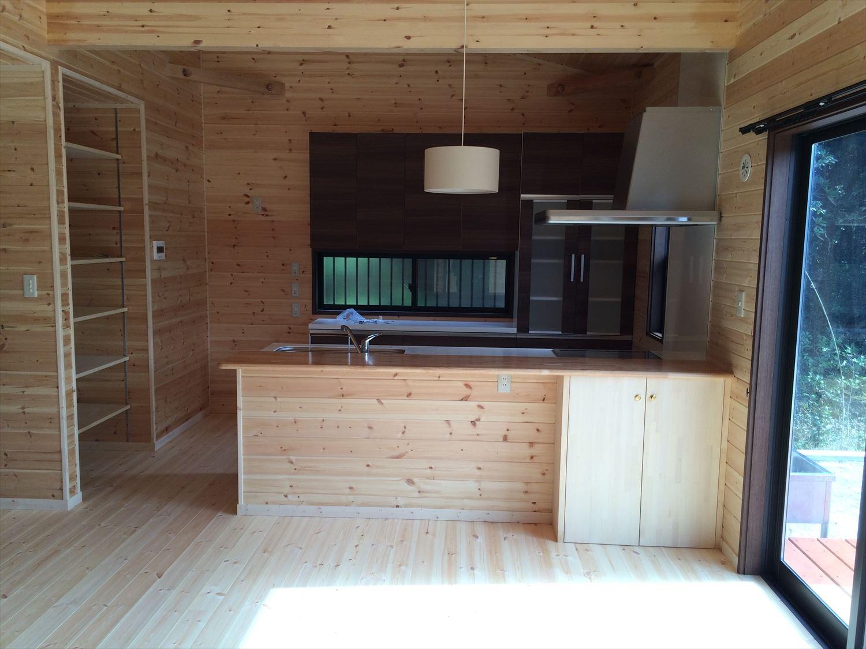 広いリビングの平屋2LDKのリビング|新島の注文住宅,ログハウスのような木の家を低価格で建てるならエイ・ワン