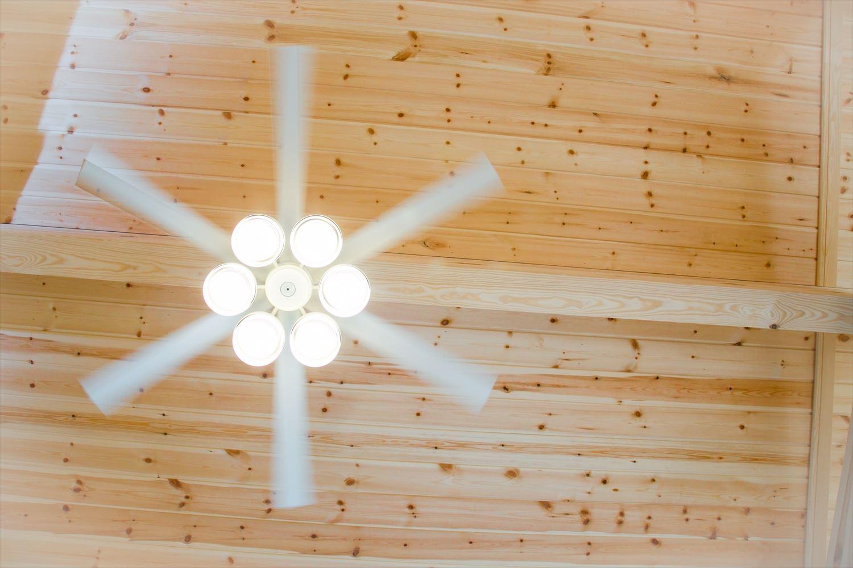 木のぬくもり溢れる自然派住宅のシーリングファン|富山の注文住宅,ログハウスのような木の家を低価格で建てるならエイ・ワン