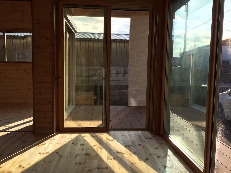 別荘に最適な平屋の掃き出し窓2|新島村の注文住宅,ログハウスのような木の家を低価格で建てるならエイ・ワン