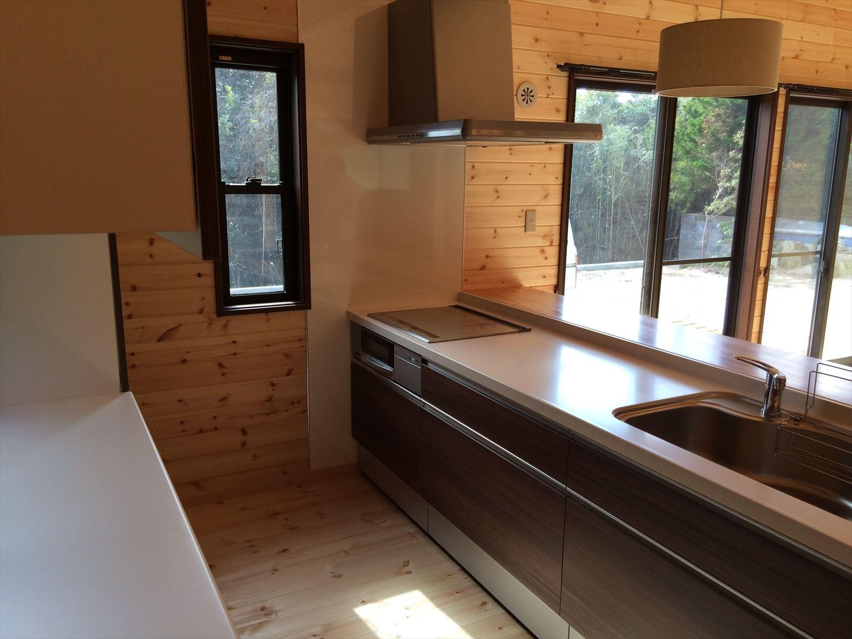 広いリビングの平屋2LDKのキッチン|新島の注文住宅,ログハウスのような木の家を低価格で建てるならエイ・ワン