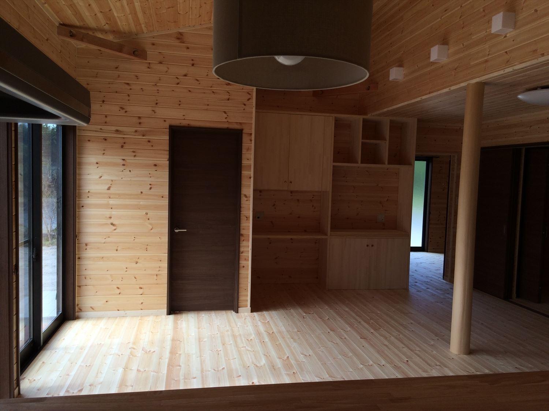 広いリビングの平屋2LDKのリビング2|新島の注文住宅,ログハウスのような木の家を低価格で建てるならエイ・ワン