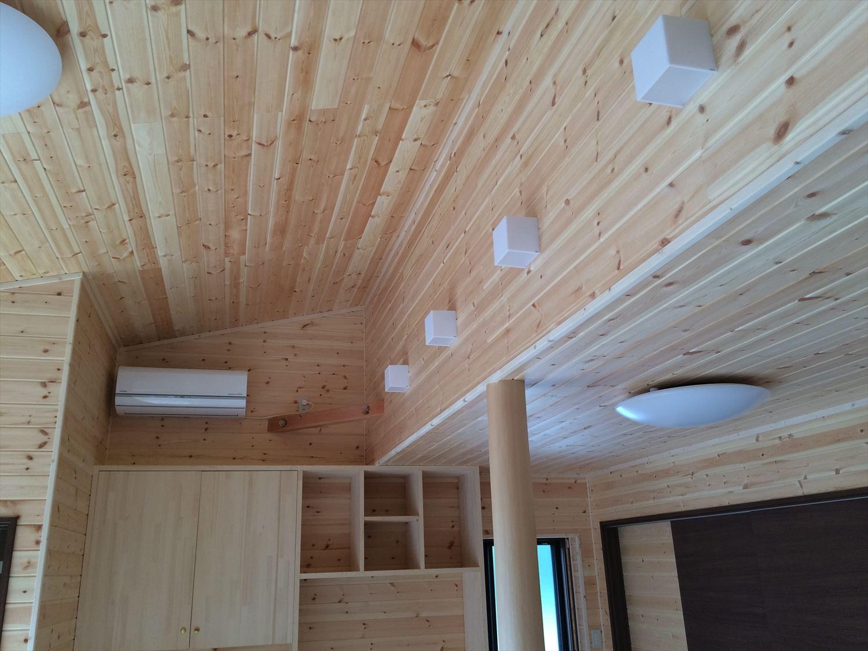 広いリビングの平屋2LDKの内装|新島の注文住宅,ログハウスのような木の家を低価格で建てるならエイ・ワン