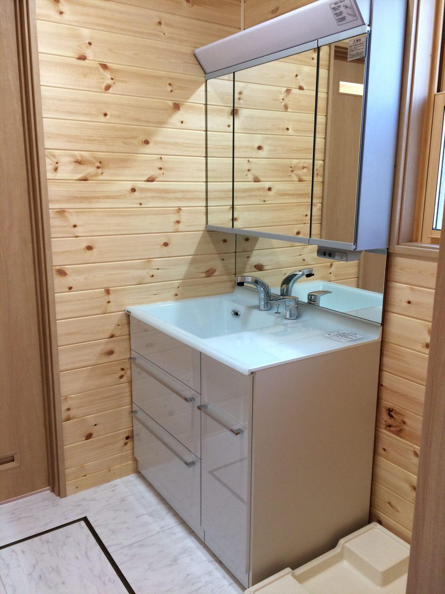 別荘に最適な平屋の洗面台|新島村の注文住宅,ログハウスのような木の家を低価格で建てるならエイ・ワン