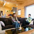 木のぬくもり溢れる自然派住宅でくつろぐ家族|富山の注文住宅,ログハウスのような木の家を低価格で建てるならエイ・ワン