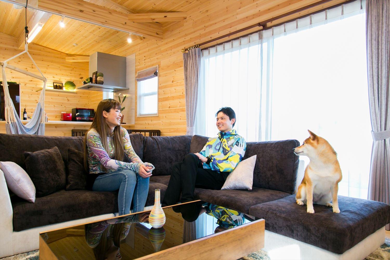 木のぬくもり溢れる平屋のログハウス風住宅でくつろぐ家族|富山市の注文住宅,ログハウスのような木の家を低価格で建てるならエイ・ワン
