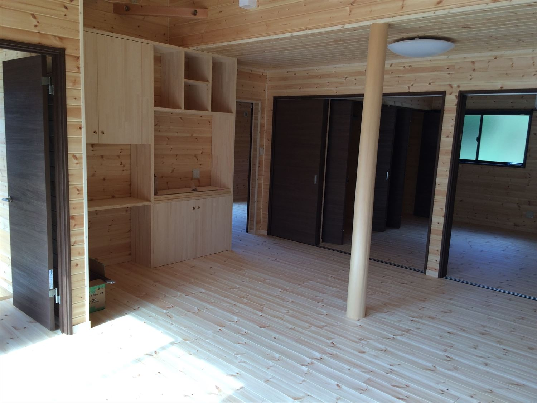 広いリビングの平屋2LDKの内装2|新島の注文住宅,ログハウスのような木の家を低価格で建てるならエイ・ワン