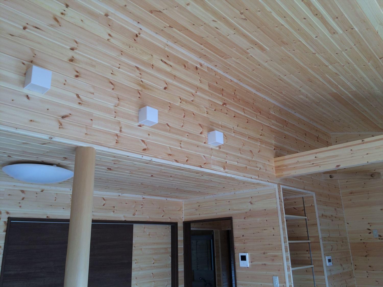 広いリビングの平屋2LDKの内装4|新島の注文住宅,ログハウスのような木の家を低価格で建てるならエイ・ワン