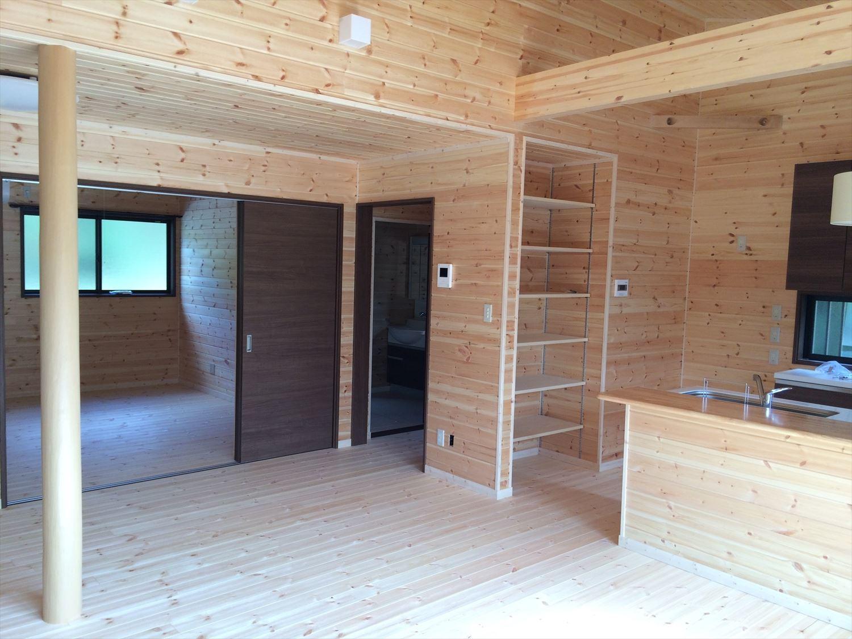 広いリビングの平屋2LDKの内装5|新島の注文住宅,ログハウスのような木の家を低価格で建てるならエイ・ワン