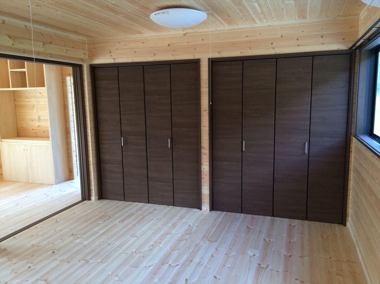 広いリビングの平屋2LDKの収納|新島の注文住宅,ログハウスのような木の家を低価格で建てるならエイ・ワン