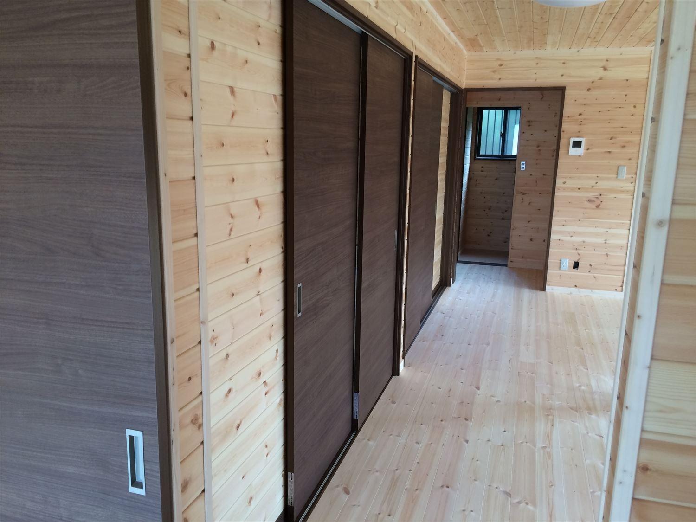 広いリビングの平屋2LDKの収納3|新島の注文住宅,ログハウスのような木の家を低価格で建てるならエイ・ワン