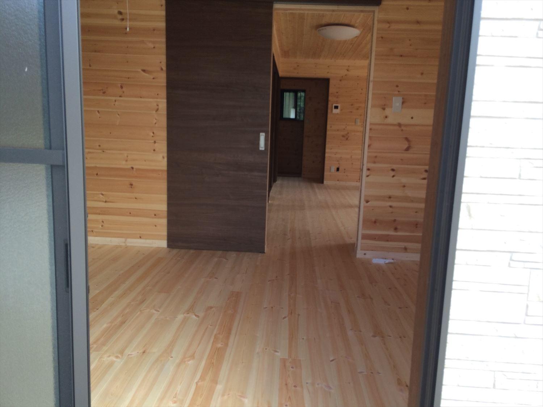 広いリビングの平屋2LDKの内装6|新島の注文住宅,ログハウスのような木の家を低価格で建てるならエイ・ワン