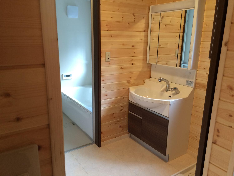 広いリビングの平屋2LDKの洗面台|新島の注文住宅,ログハウスのような木の家を低価格で建てるならエイ・ワン
