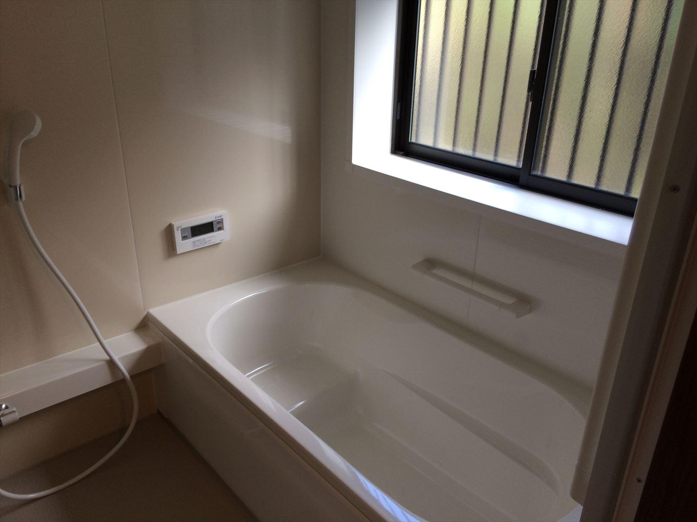 広いリビングの平屋2LDKの浴室|新島の注文住宅,ログハウスのような木の家を低価格で建てるならエイ・ワン