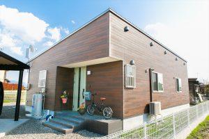 木のぬくもり溢れる自然派住宅の外観|富山の注文住宅,ログハウスのような木の家を低価格で建てるならエイ・ワン