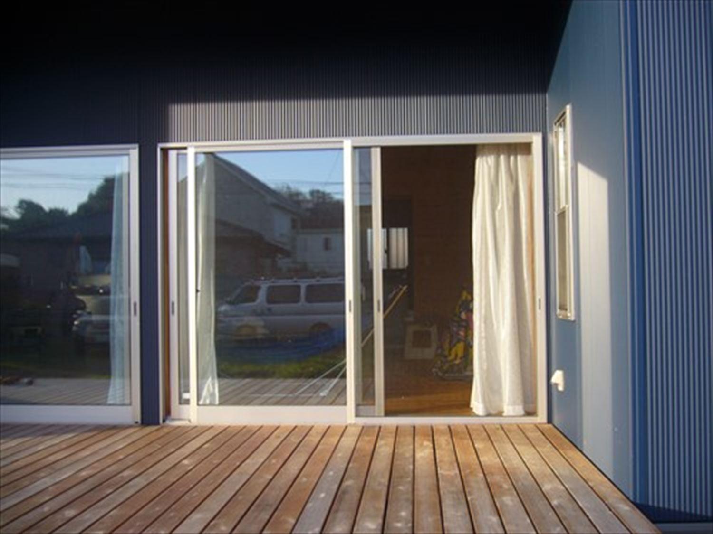 オープンスペースの平屋のウッドデッキ2|一宮町の注文住宅,ログハウスのような木の家を低価格で建てるならエイ・ワン