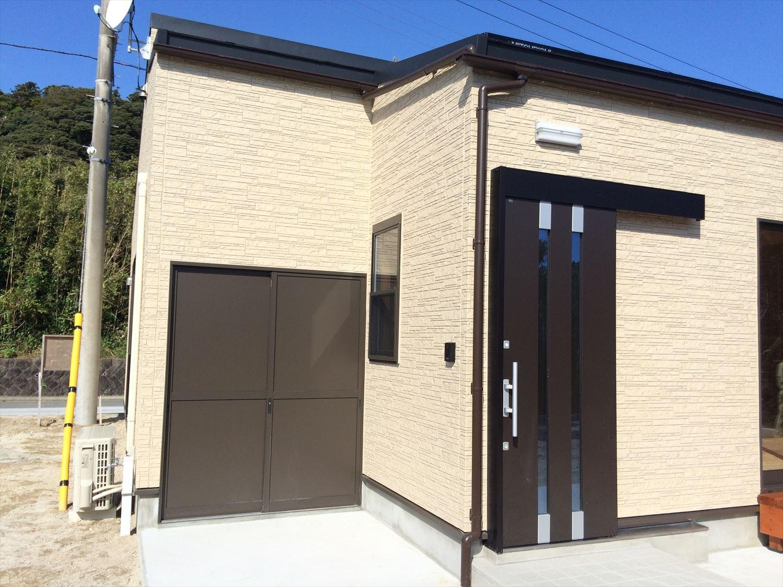 広いリビングの平屋2LDKの外観3|新島の注文住宅,ログハウスのような木の家を低価格で建てるならエイ・ワン