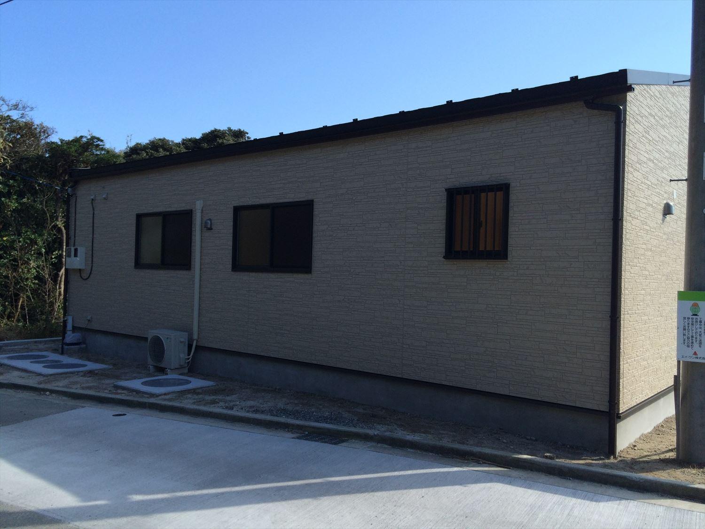 広いリビングの平屋2LDKの外観5|新島の注文住宅,ログハウスのような木の家を低価格で建てるならエイ・ワン