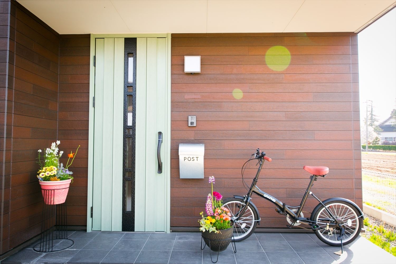 木のぬくもり溢れる自然派住宅の玄関|富山の注文住宅,ログハウスのような木の家を低価格で建てるならエイ・ワン