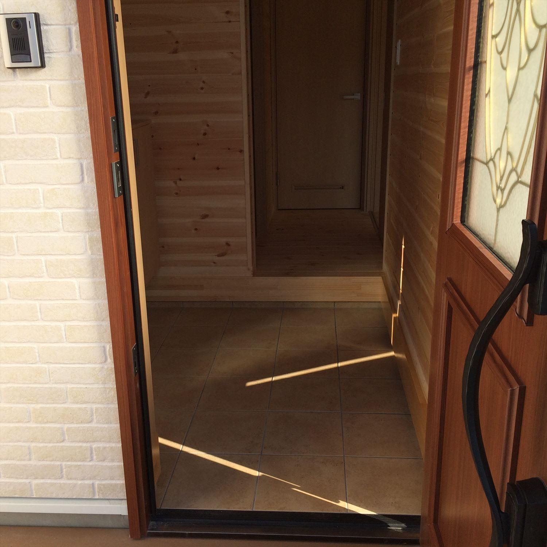 別荘に最適な平屋の玄関4|新島村の注文住宅,ログハウスのような木の家を低価格で建てるならエイ・ワン