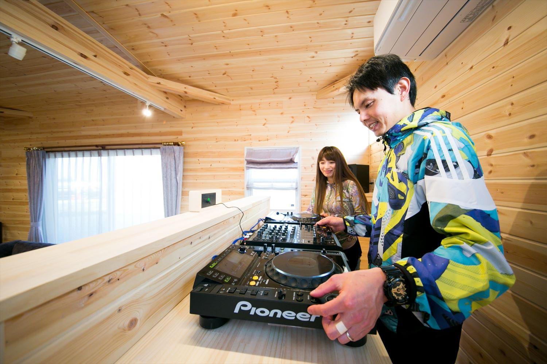 木のぬくもり溢れる自然派住宅のDJブースで遊ぶ|富山の注文住宅,ログハウスのような木の家を低価格で建てるならエイ・ワン