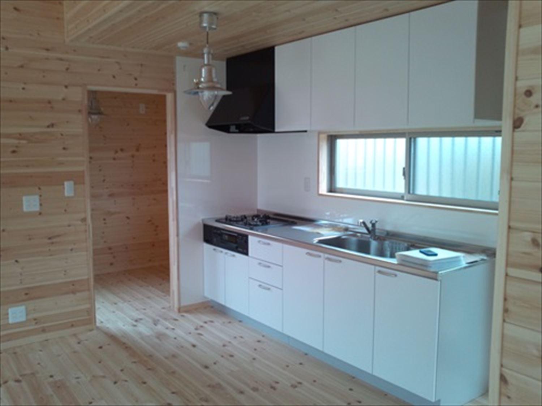 オープンスペースの平屋2LDKのキッチン|千葉の注文住宅,ログハウスのような木の家を低価格で建てるならエイ・ワン