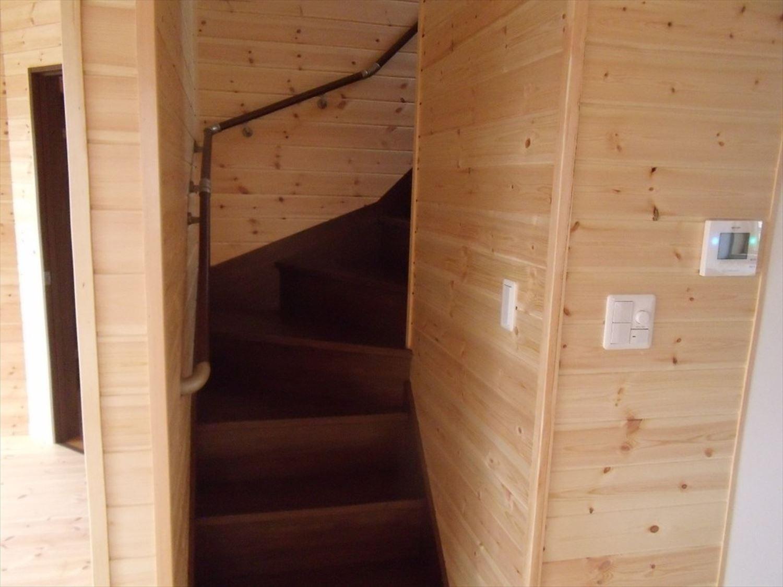 ボルダリングを楽しむ二階建ての階段|船橋市の注文住宅,ログハウスのような木の家を低価格で建てるならエイ・ワン