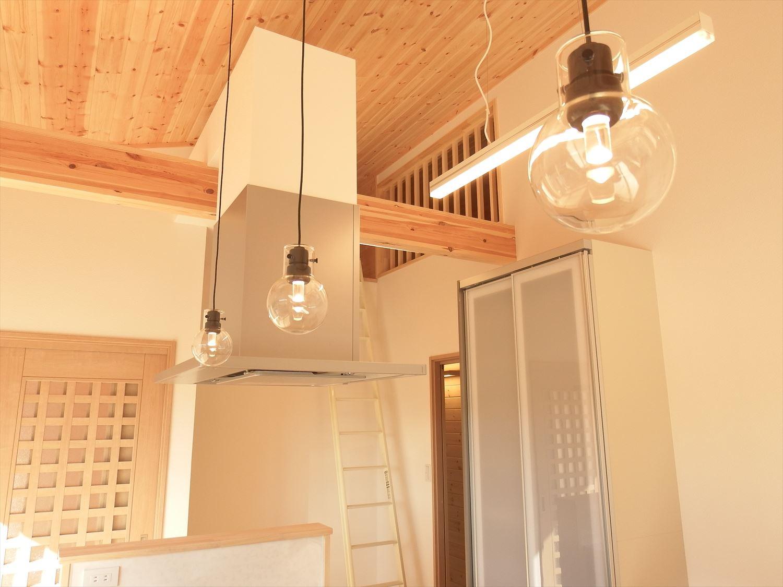 家族で暮らすナチュラルテイストの平屋のキッチン照明|かすみがうら市の注文住宅,ログハウスのような木の家を低価格で建てるならエイ・ワン