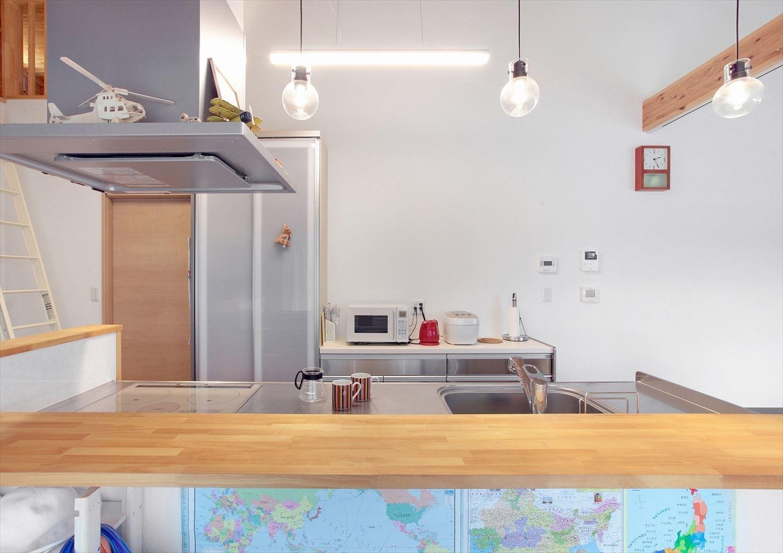 家族で暮らすナチュラルテイストの平屋の対面キッチン|かすみがうら市の注文住宅,ログハウスのような木の家を低価格で建てるならエイ・ワン