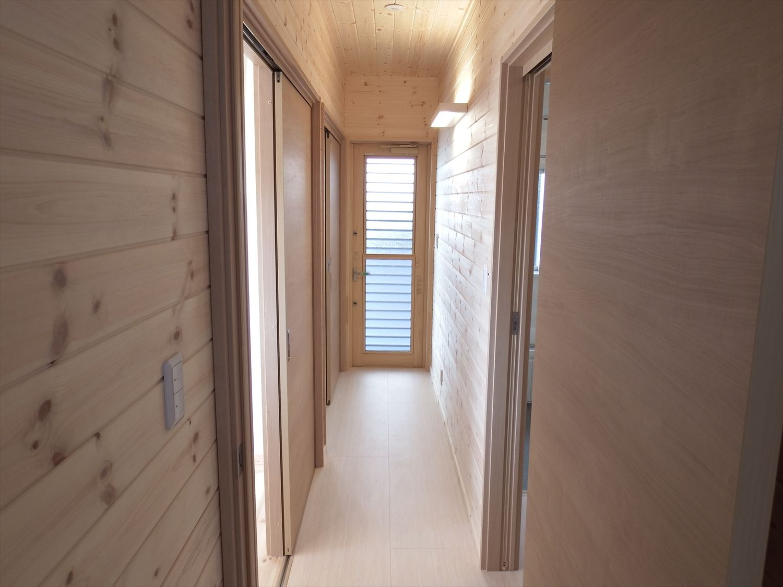 家族で暮らすナチュラルテイストの平屋の廊下|かすみがうら市の注文住宅,ログハウスのような木の家を低価格で建てるならエイ・ワン