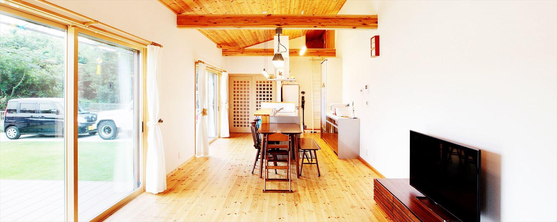 家族で暮らすナチュラルテイストの平屋のリビング|かすみがうら市の注文住宅,ログハウスのような木の家を低価格で建てるならエイ・ワン