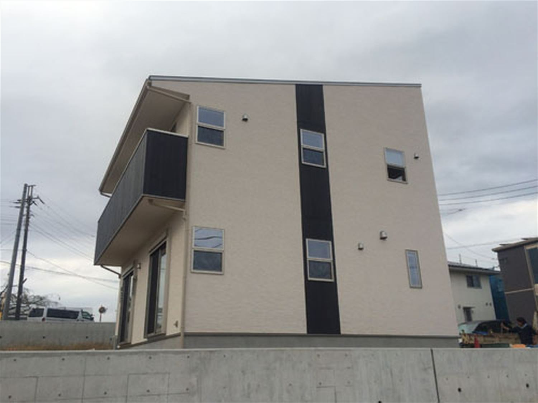 ボルダリングを楽しむ二階建ての外観2|船橋市の注文住宅,ログハウスのような木の家を低価格で建てるならエイ・ワン