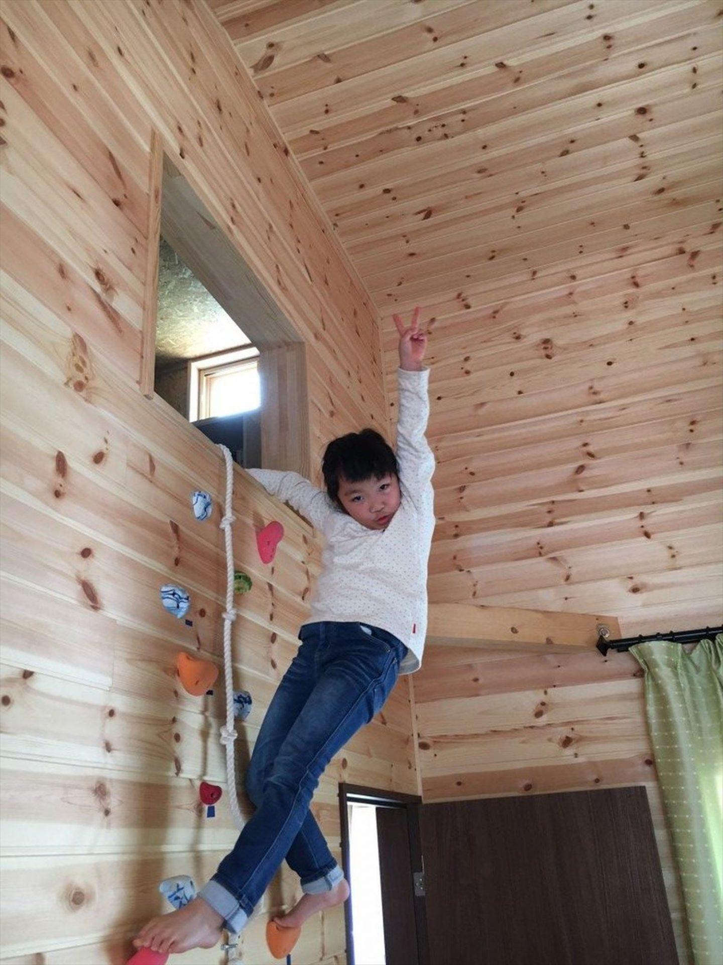 ボルダリングを楽しむ二階建てで遊ぶ子供|船橋市の注文住宅,ログハウスのような木の家を低価格で建てるならエイ・ワン