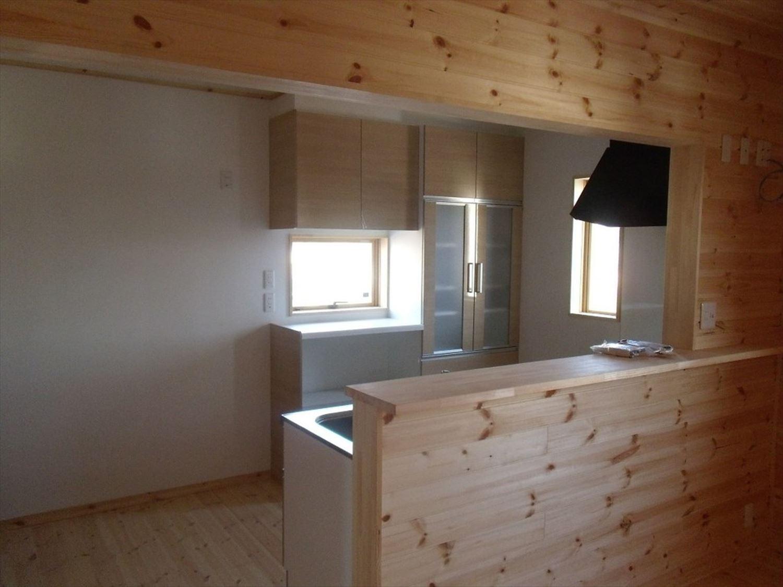 ボルダリングを楽しむ二階建てのキッチン|船橋市の注文住宅,ログハウスのような木の家を低価格で建てるならエイ・ワン