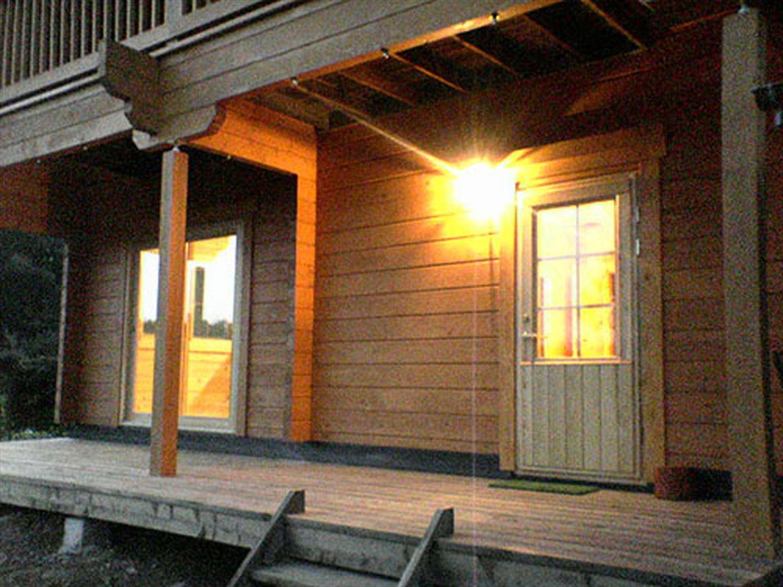 赤い屋根のログハウスのウッドデッキ|小美玉市の注文住宅,ログハウスのような木の家を低価格で建てるならエイ・ワン