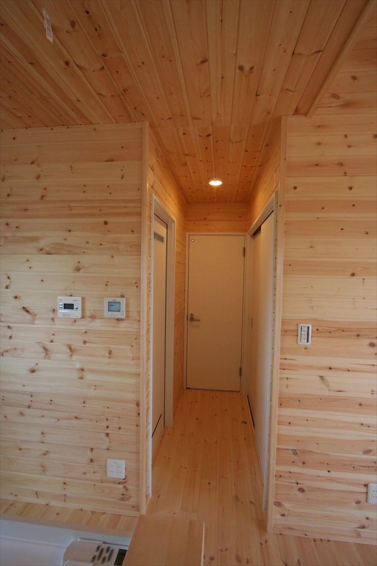 ドッグランのある3LDK平屋の廊下|群馬県の注文住宅,ログハウスのような木の家を低価格で建てるならエイ・ワン