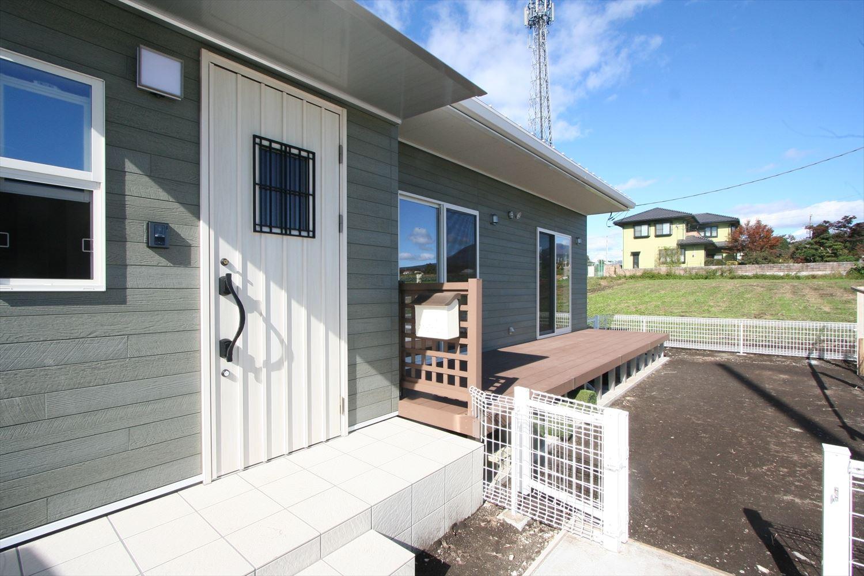 ドッグラン付平屋の玄関|渋川市の注文住宅,ログハウスのような木の家を低価格で建てるならエイ・ワン