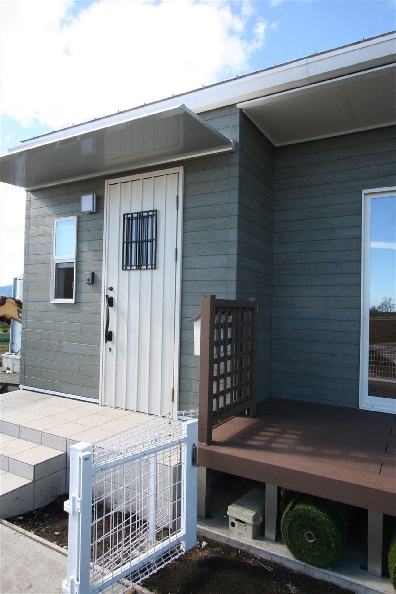ドッグラン付平屋の玄関2|渋川市の注文住宅,ログハウスのような木の家を低価格で建てるならエイ・ワン