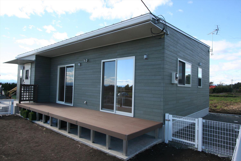 ドッグランのある3LDK平屋のウッドデッキ|群馬県の注文住宅,ログハウスのような木の家を低価格で建てるならエイ・ワン