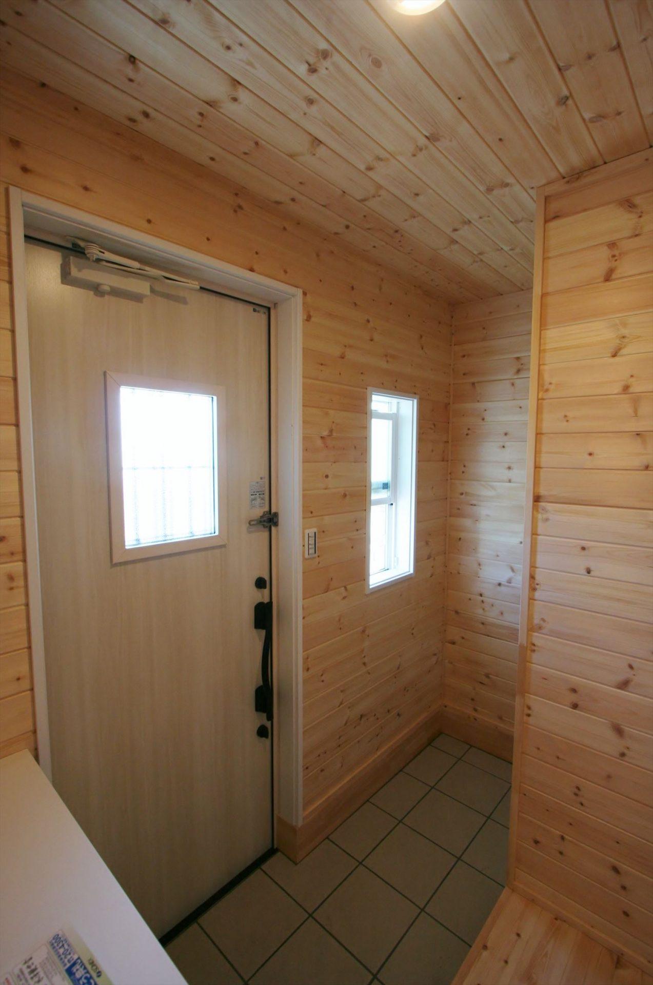 ドッグランのある3LDK平屋の玄関ホール|群馬県の注文住宅,ログハウスのような木の家を低価格で建てるならエイ・ワン