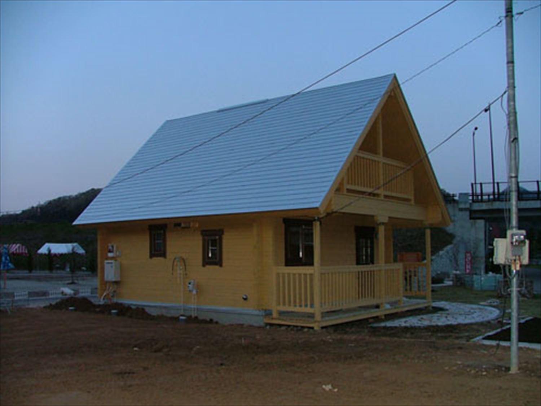 明るいメープル色のログハウスの外観7|茨城の注文住宅,ログハウスのような木の家を低価格で建てるならエイ・ワン