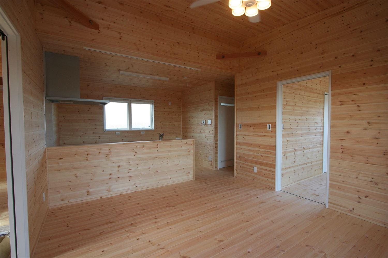 ドッグランのある3LDK平屋のLDK|群馬県の注文住宅,ログハウスのような木の家を低価格で建てるならエイ・ワン