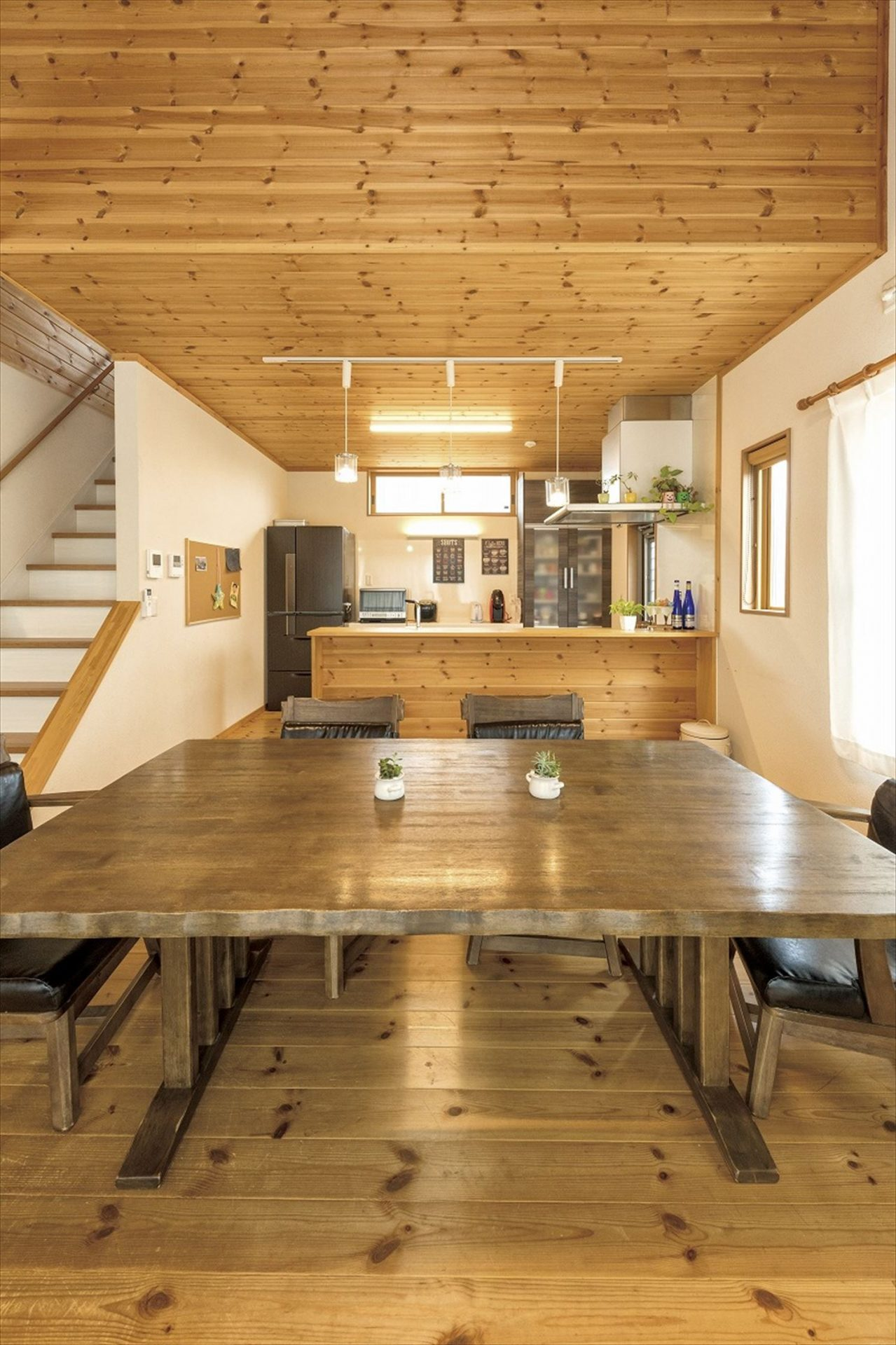 無垢材に包まれたスマートハウスのダイニングテーブル|行方市の注文住宅,ログハウスのような木の家を低価格で建てるならエイ・ワン