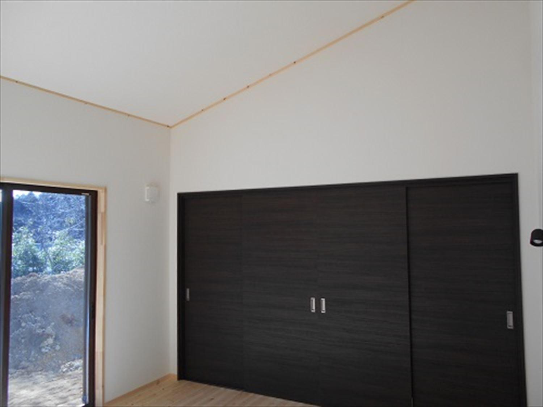 防音室で趣味を楽しむ二階建ての内装3|鉾田市の注文住宅,ログハウスのような木の家を低価格で建てるならエイ・ワン