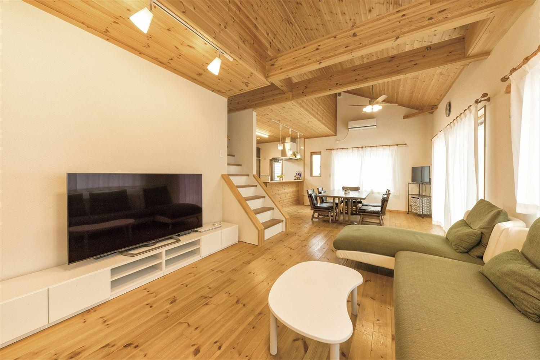 ナチュラルモダン二階建ての勾配天井のリビング|行方市の注文住宅,ログハウスのような木の家を低価格で建てるならエイ・ワン